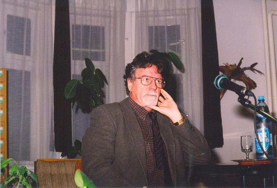 Jankovics Marcell a könyvtárban
